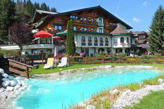 Badeteich mit kleiner Liegewiese - Hotel Garni Santa Barbara in Flachau